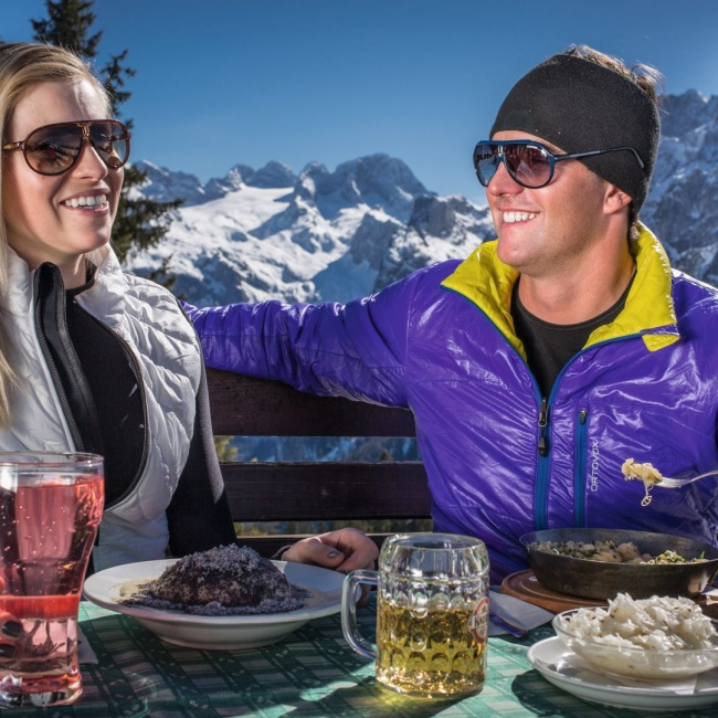 After a day of skiing, it tastes good on the ski lodge ©Dachstein-West